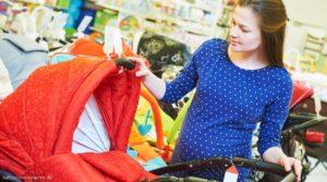 Schwangere Frau Baby Erstausstattung einkaufen